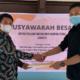 Fathur (mengenakan baju batik) bersalaman dengan Ketua pelaksana Mubes IPMKJ.